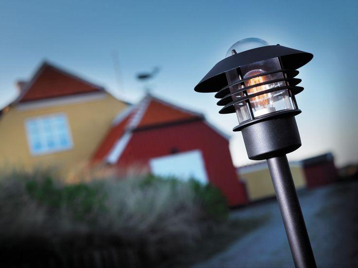 Simppeli pollarivalaisin ulkokäyttöön. - Basic pillar lantern for exteriors.