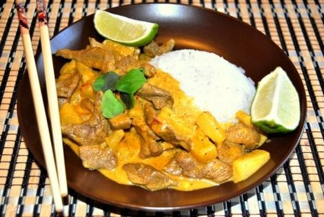 Kaczka z ananasem to bardzo prosty i szybki przepis na wykwintne danie kuchni Tajskiej. Połączenie kaczki i ananasa jest znakomite