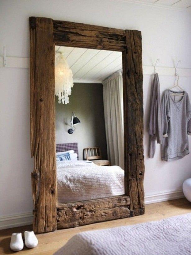 Grote houten spiegel. Leuk voor in de slaapkamer, maar ook leuk voor in de hal of woonkamer :)