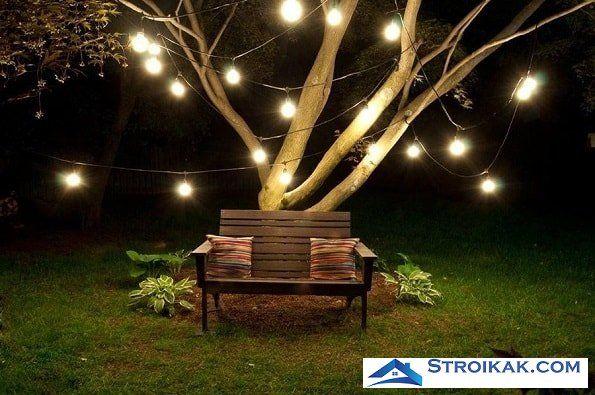 Круглые лампы и освещение скамейки в саду