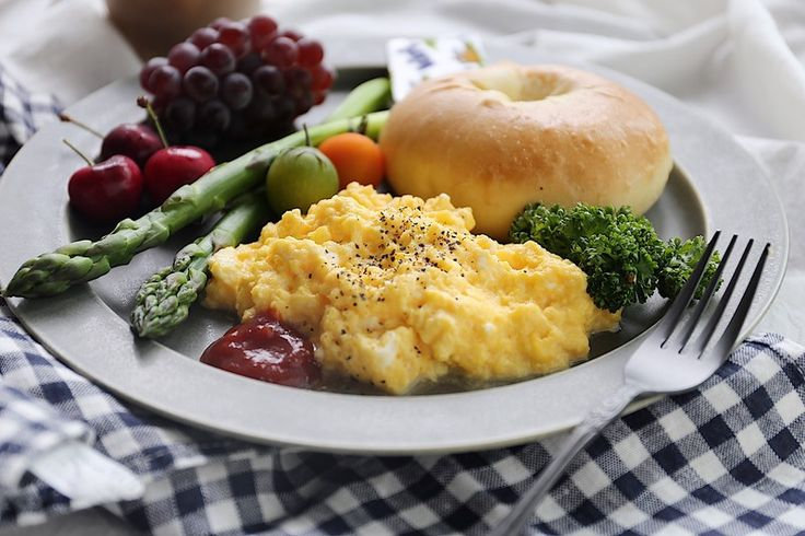 ホテルに泊まった時の朝食バイキングで出てくる、とろとろのスクランブルエッグ。 バターが効いたリッチな味わいで美味しいですよねψ(๑'ڡ'๑)ψ おうちで再現してみました。超絶簡単です!