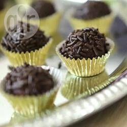Deze overheerlijke Braziliaanse 'bonbon' is supersnel gemaakt, met maar drie ingrediënten. Je hoeft het maar 10 minuten te koken en hebt geen thermometer nodig. Je laat het vervolgens afkoelen en rolt er dan balletjes van. Je kunt de balletjes daarna door verschillende soorten strooisel rollen, maar het meest traditioneel is chocolade hagelslag! Bekijk ook de video van dit recept.