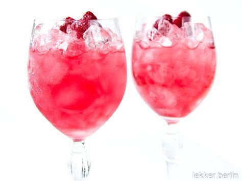 Cocktail Gin Daisy 4 cl Gin 2 cl Zitronensaft 1 EL Himbeersirup 1 TL Zuckersirup Gestoßenes Eis