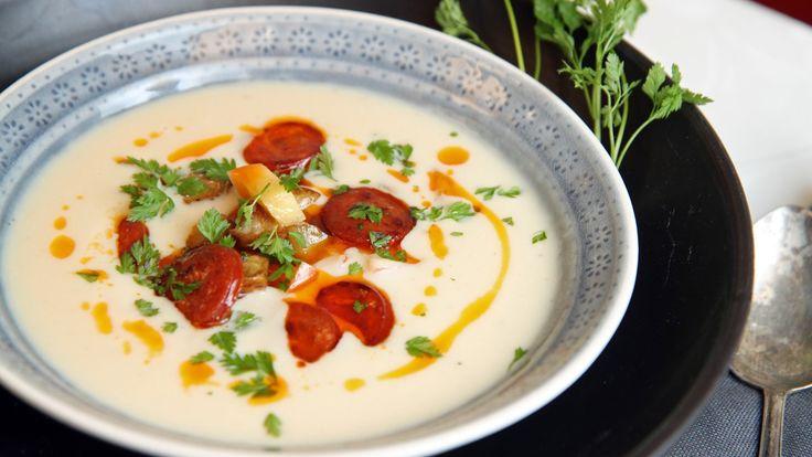 Lise Finckenhagen serverer jordskokksuppe med chorizopølse og eplebiter.