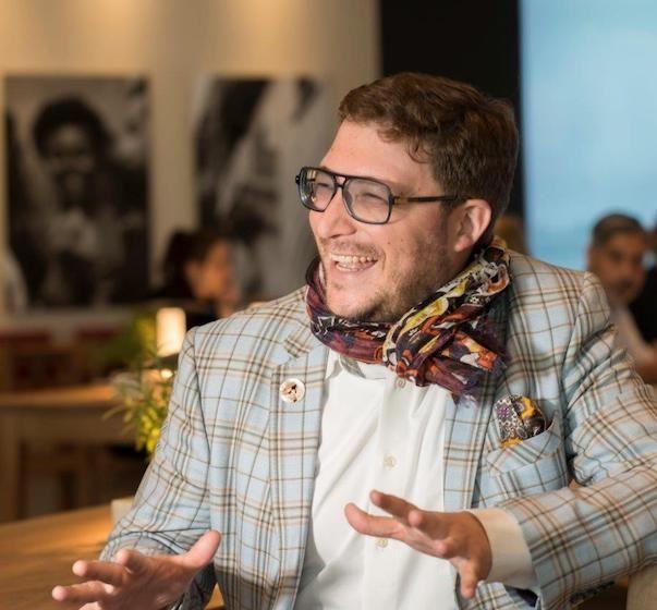 Unterwegs mit Mario C. Bauer: Inspiration aus der ganzen Welt. Mario C. Bauer hat den schönsten Job der Welt – er ist Mitglied der Vapiano-Geschäftsführung und verbringt den Großteil seiner Zeit auf Reisen, immer auf der Jagd nach Inspiration und natürlich auf der Suche nach neuen Vapiano-Locations!