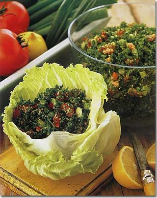 Receitas libaneses, salada de tabule, salada de salsa, burghul, cebolinha picada, azeite, pepino