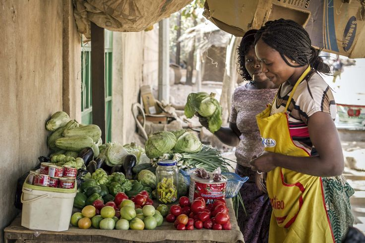 Entrando nel sistema di microcredito questa donna ha avuto modo di aprire una piccola attività di commercio che le ha permesso di  rafforzare la propria autostima e autonomia finanziaria.