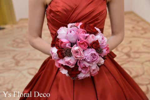 赤いドレスにあわせるピンク赤の薔薇ブーケ ysfloraldeco @目黒雅叙園