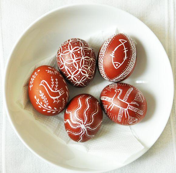 Pyssanka est un art traditionnel qui embellit la fête de Pâques. Il s'agît d'œufs décorés que les chrétiens slaves préparent avant et après la période de Pâques. Certains les utilisent pour décorer leurs corbeilles qu'il vont faire bénir à l'église, d'autres, pour faire des cadeaux de Pâques ou bien pour ajouter un esprit de fête ...