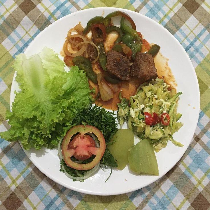 Boa tarde!!! Almocinho de hoje com muitas variedades  Carne de panela com tomate e pimentão  abobrinha com ovo  chuchu  salada (alface tomate couve e almeirão). Não tem segredo é só comer limpo! #comidadeverdade #lowcarb #lchf #paleo #saude #saudavel #eatclean #emagrecimentosaudavel #fomecome #gorduraboa #gorduraanimal #saciedade by emagrecacomlala