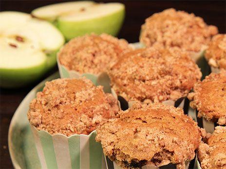 Muffins med äpple, kanel och ingefära. Pricken över i är smultoppingen med muscovadosocker och havregryn.