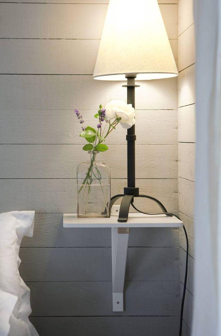 GJØR DET SELV: Det lille nattbordet tar opp minimalt med plass på veggen, og ingen plass på gulvet. Du lager det selv ved å kutte det til fra en enkel hylle med knekt fra for eksempel Ikea.