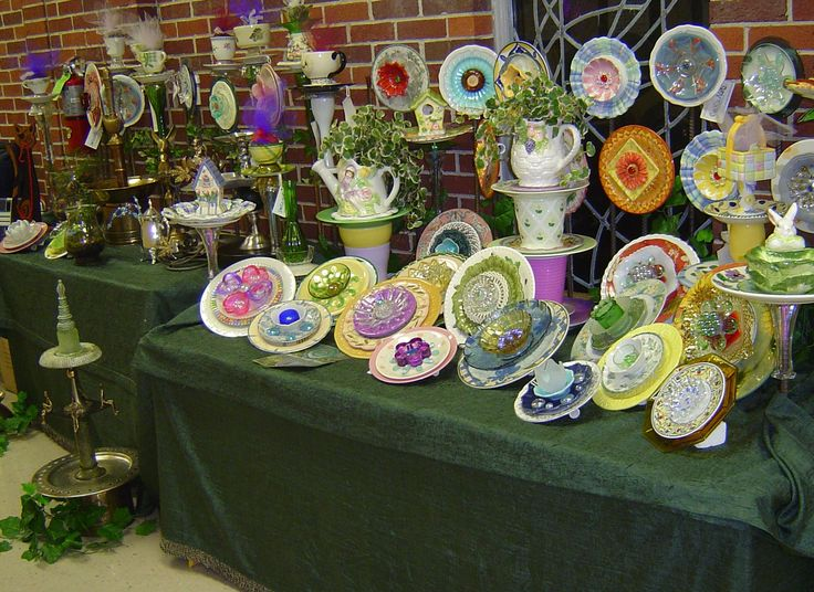 A variety of glass plate flowers to zoom in on and check out.