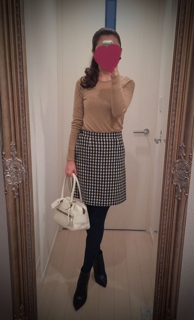 Brown blouse + black and white skirt + white bag + black shoes - http://ameblo.jp/nyprtkifml