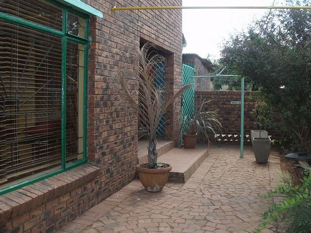 Lal'uphume Backpackers Inn is located just outside of Benoni. It offers secure and comfortable backpackers accommodation which caters for the budget traveller .