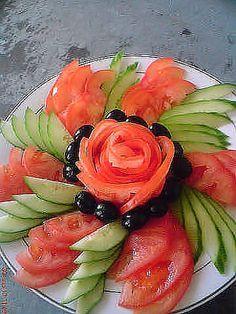 Uma deliciosa salada de tomate e pepino e que começa a atrair atenções pela apresentação