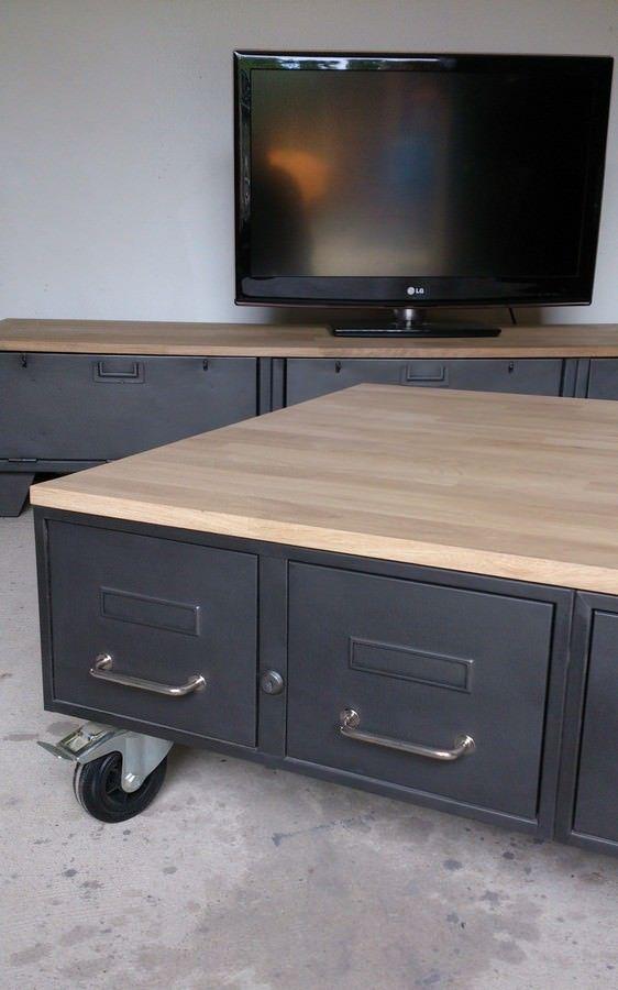 une table basse industrielle avec des tiroirs d'administration