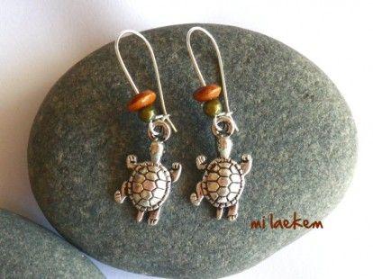 Boucles d'oreille TORTUE DES ILES composées de tortues marines en argent tibétain. Ces boucles d'oreille tortue sont montées sur longues dormeuses argentées et agrémentées de perles magiques et perles de bois. A découvrir!   http://www.alittlemarket.com/boucles-d-oreille/tortue_des_iles_boucles_d_oreille_pendants_tortue-2265638.html