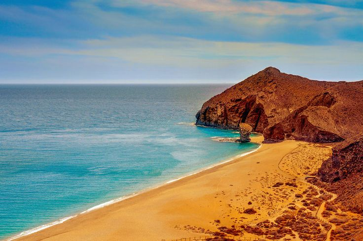 Le parc naturel de Cabo de Gata-Níjar, encore sauvage, est un secret bien gardé d'Andalousie. D'origine volcanique, il s'étend sur 38 000 hectares, offre des paysages lunaires et abrite des plages de sable orange. Dans ce parc déclaré réserve de biosphère par l'UNESCO, vous pourrez observer des plantes endémiques et peut-être des dauphins le long du le littoral.