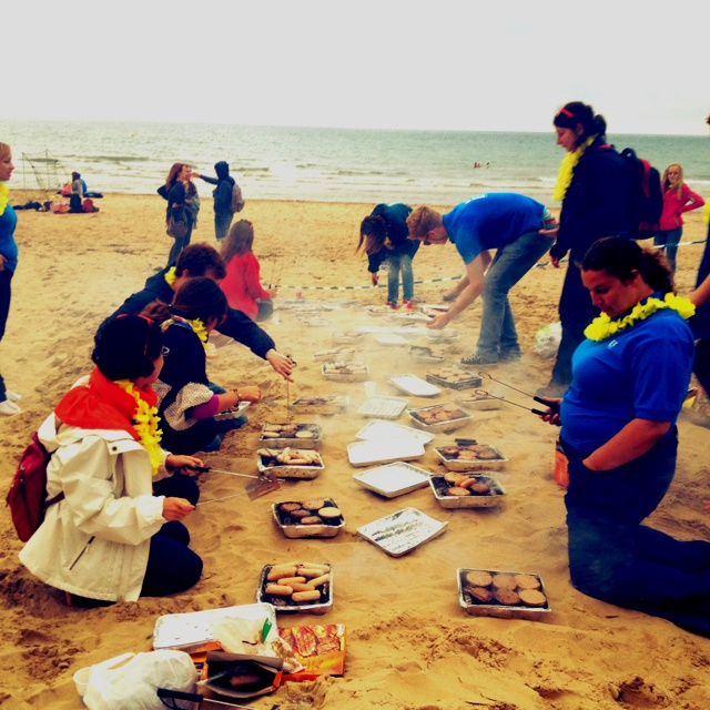 The EF Bournemouth staff is preparing a delicious meal for the students at the beach! (www.ef.com/ambassadors)