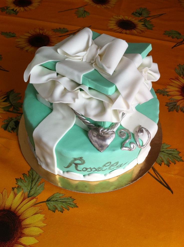 Torta Tiffany. Pan di Spagna con bagna al succo tropicale e crema pasticcera al cioccolato con gocce di cioccolato bianco