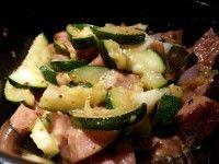 j's zucchini kycklingfalu 150106 – S.J. blogg – 2 portioner 1 st zucchini 1 st liten röd lök 50 g prästost 0,5 msk chili grillkrydda 300 g Kycklingfalukorv skiva zuccinin i 5mm tjocka skivor, dela varje skiva i fyra bitar gör det samma med kycklingfalukorven hacka upp löken stek tills zuccinin är nästan genomstekt.. tillsätt osten, stek tills den har smält servera // J
