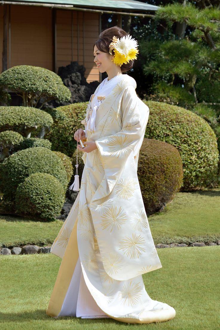 Auspicious DaKake decor Wakamatsu of gold and silver on a white background because it passes the silver thread and gold under the white bac ...
