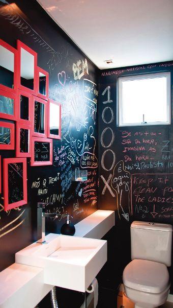 Esse banheiro é super criativo ,além  de você  poder decorar do seu jeito. Você pode deixar alguns gizes dentro de um potinho .aí todas as vezes que alguém  te visitar você pode pedir para fazerem alguns desenhos.