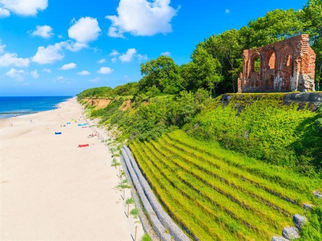 Lilla Trzesacz är en av de mest dramatiska platserna längs den polska kusten. Här håller havet långsamt på att sluka en hel by.