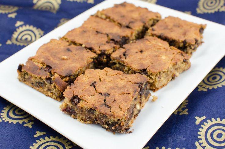 Zur Abwechslung zu unseren heißgeliebten Brownies probieren wir hier mal Blondies. Aber etwas Schoko darf nicht fehlen. Das ganze ist auch mehl- zucker- und glutenfrei.