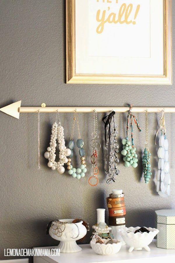 Hazte un colgador de collares y pendientes DIY como este handmade! | Decoración