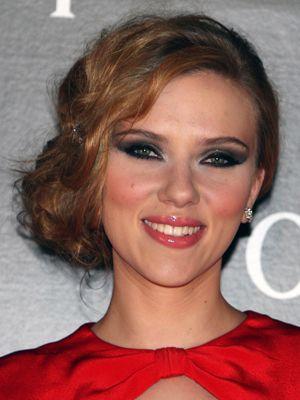Coiffure de Mariage Chignon Bas frisé de côté pour Scarlett Johansson