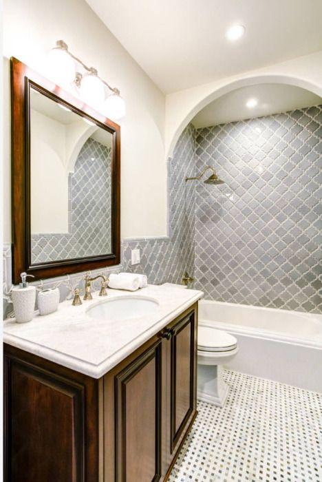 Традиционная ванная комната в римском стиле, дизайн которой, привносит оригинальность и подчёркивает выбранную стилистическую линию оформления.