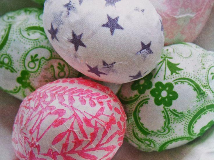 De uitgeblazen eieren kan je nu versieren (decoreren) met stukjes mooi papier of stof en dat doe je als volgt:  Maak een beetje houtlijm aan met water. Door deze oplossing wordt het ei wat harder en krijgt het een mooie glans Smeer het ei in met de oplossing Plak er stukjes stof of papier (servet) op. Het mag best kreukelen, want dat geeft juist een speels effect.
