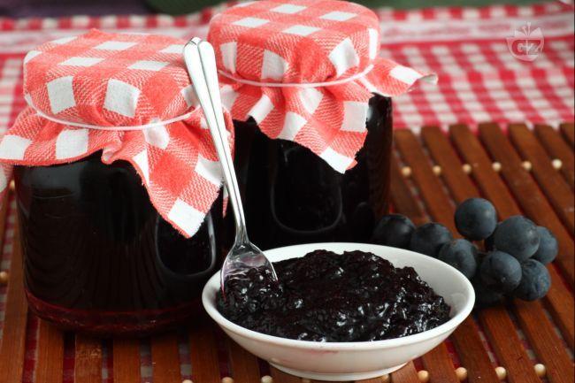 La confettura di uva fragola, varietà profumata e leggermente acidula, è una conserva autunnale, che cattura il meraviglioso aroma di questo frutto.