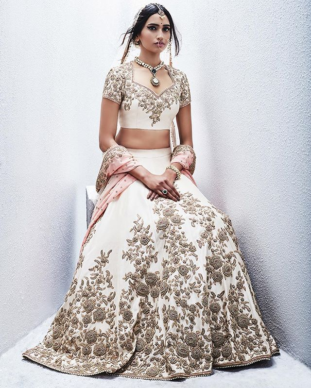 Who said Indian brides can't wear white ? Love this beautiful piece crafted by @sue.mue | #white #gold #Lehenga #bridal Lehenga #roses #blush #peach #indianbride #indianbrides #bridallehenga #engagement #weddingdress #weddingday #weddings #indianwedding #lehenga #suemue #cream