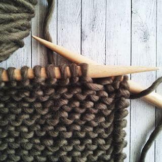 Te enseñamos a tejer punto elástico retorcido 1x1 paso a paso, úsalo en cualquiera de tus prendas, puños, cuellos, gorros... con mayor o menos elasticidad.