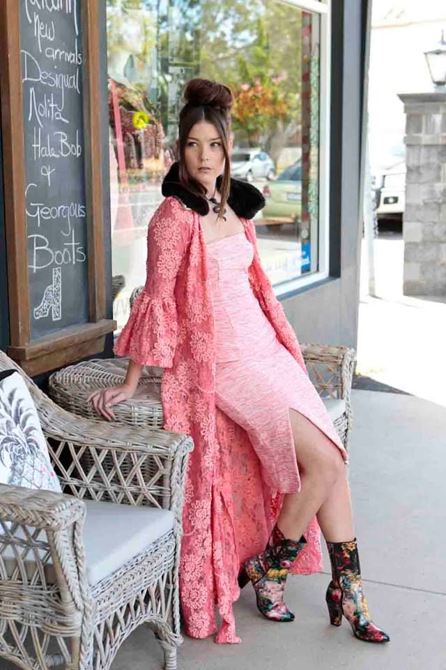 Pretty in Pink! This look is in store now at Mode Voyage.