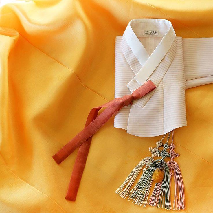 """치마 색에 지지 않는 진한 #노랑 의 커다란 호박 원석이 달린 삼작 노리개를 함께해봅니다. 마치 한 벌로 지어진 것 마냥 같은 노랑빛들입니다. #오리미 #오리미한복"""""""