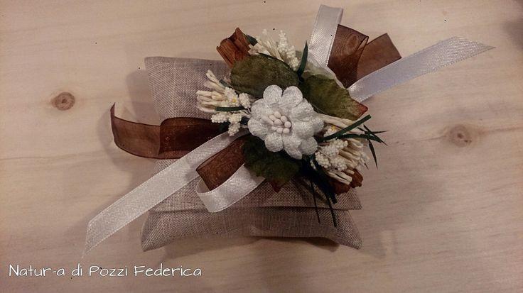 Bomboniera sacchetto, nastro organza marrone, nastro raso bianco con fiori e cannella