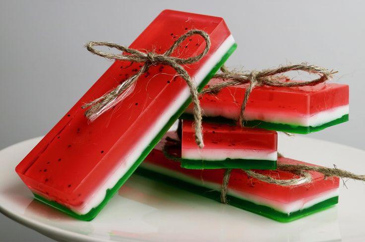 Aneleitungevideo zum einfach nachmachen: Wow, was für ein cooles Geschenk! Vielleicht finden wir diese Wassermelonen-Seife viel zu toll und behalten sie doch