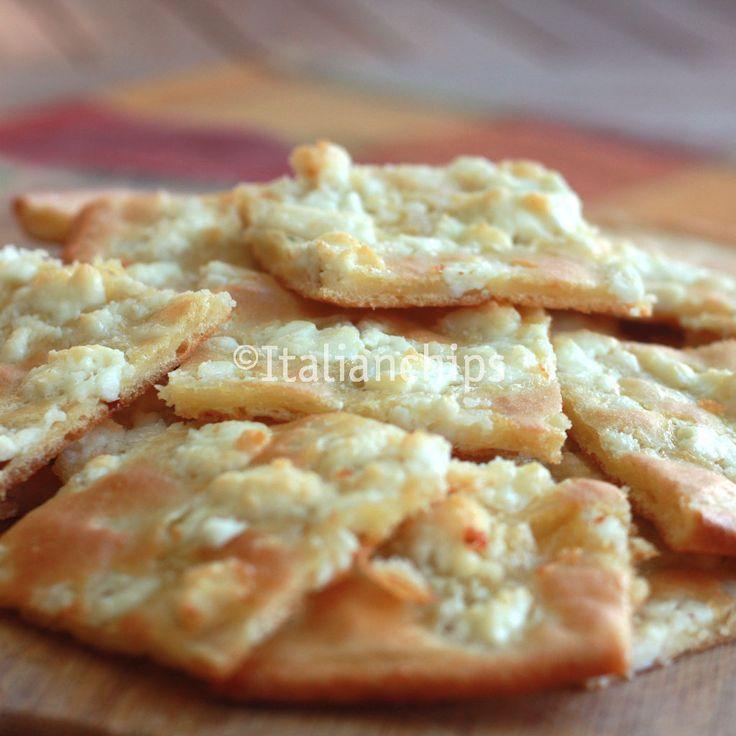 Una+focaccia+al+formaggio+che+non+riuscirete+a+smettere+di+mangiare ... l'insieme dell'impasto (sottile) e la feta sono una miscela esplosiva. E' troppo buona.... impasto+ feta sbriciolata sopra ... Facile e Veloce