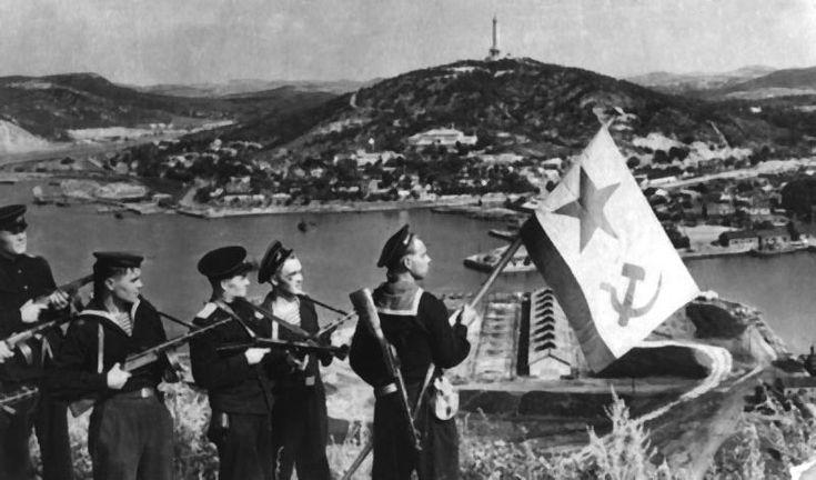 Морская пехота СССР 1941-1945.Моряки-десантники Тихоокеанского флота водружают Военно-морской флаг над бухтой Порт-Артура. 25 августа 1945-го года.