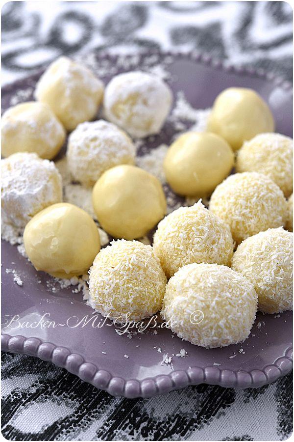 Kleine, weiche, süße Trüffel- Pralinen aus weißer Schokolade, Schlagsahne und Butter. Man kann sie entweder in den Schokoraspeln, geschmolzener Schokolade,...