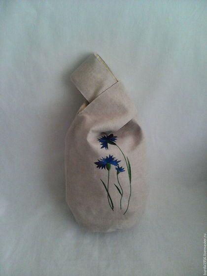 Купить или заказать Сумка-мешочек из льна в интернет-магазине на Ярмарке Мастеров. Сумка-мешочек в японском стиле из плотного льна на подкладке из хлопка, с двумя разновеликими ручками, одна из которых протягивается в другую(петлю). Носится такая сумка на запястье руки. Декорирована сумка-мешочек вышивкой васильков и бабочками.