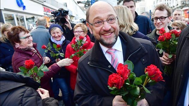 Wahlkampf mit Rosen: Auch SPD-Kanzlerkandidat Martin Schulz will Wähler überzeugen, am Sonntag ihre Stimme abzugeben.