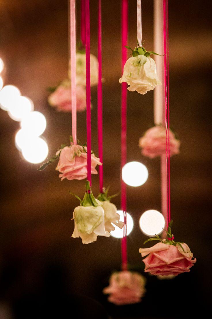 A fentről belógó dekoráció: rózsák