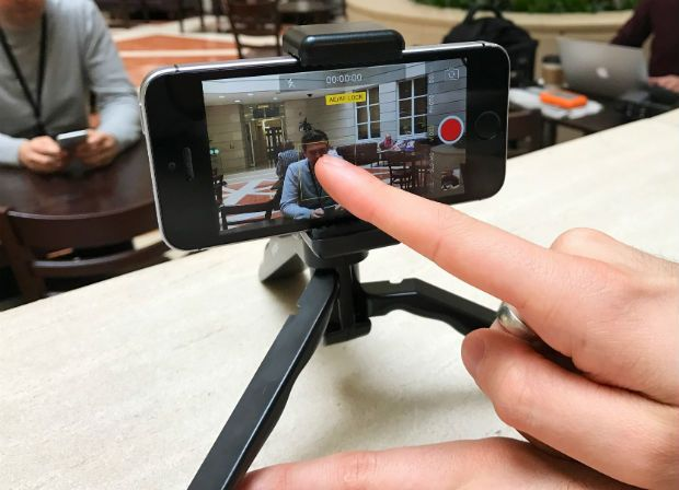 Photo demonstrates how to turn on exposure lock