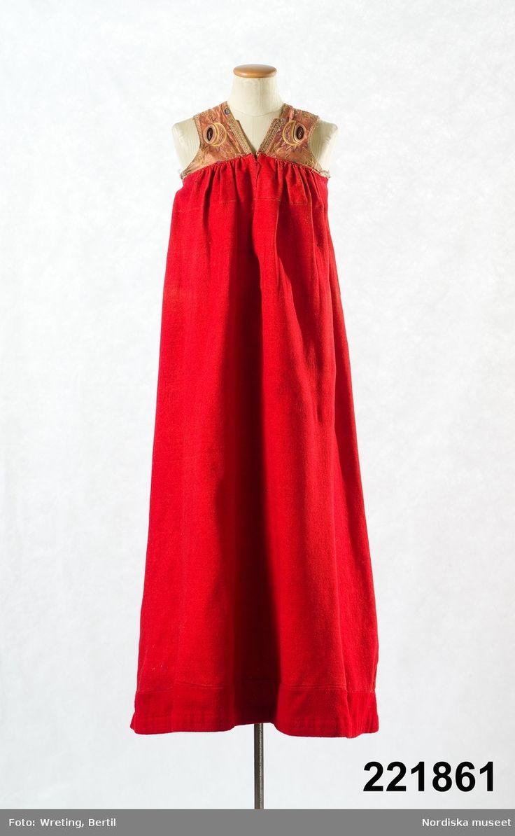 Livkjol med kjol av röd vadmal i 2 våder med infällda kilar nedtill i sidömmarna. Österåker.