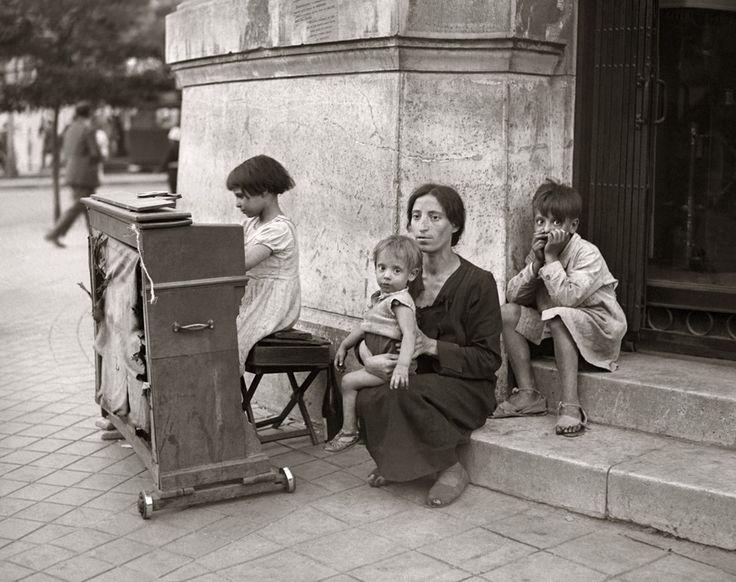 El Madrid de Santos Yubero-  Pidiendo en la calle de Alcalá, década de 1930  Martín Santos Yubero Archivo Regional de la Comunidad de Madrid Fondo Santos Yubero